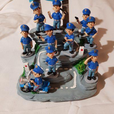 Casa della polizia  struttura e personaggi in ceramica